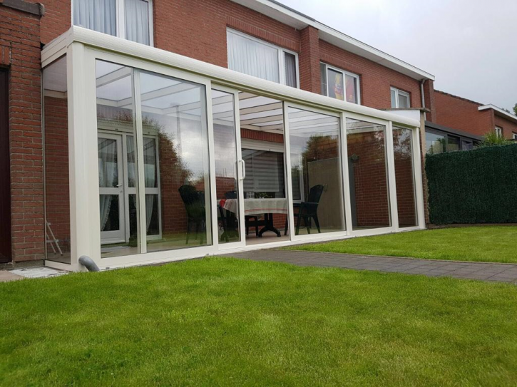 Terrassenüberdachung in cremeweiß matt 4,06m x 4,00m mit Stegplatte opal
